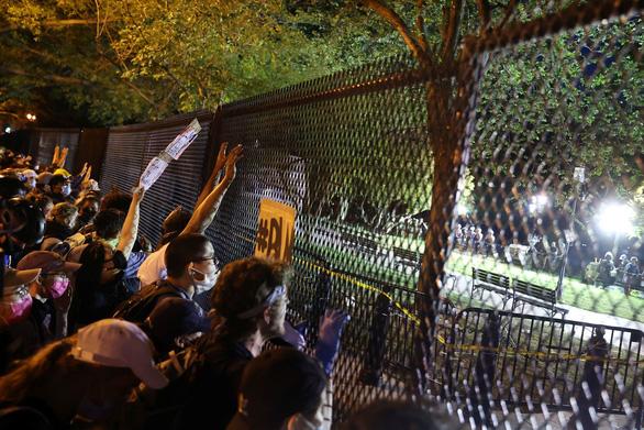 Người biểu tình ở New York, Washington bất chấp giới nghiêm - Ảnh 2.