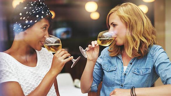 Phụ nữ dễ thành 'bợm nhậu' hơn đàn ông vì estrogen cao? - Ảnh 1.