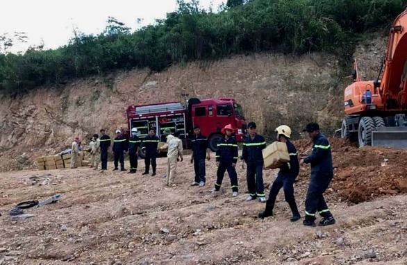 Thót tim giải cứu xe tải chở gần 5 tấn thuốc nổ bị lật - Ảnh 1.