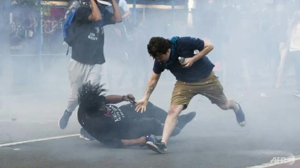 Bạo lực và cướp bóc lan rộng tại Mỹ - Ảnh 1.