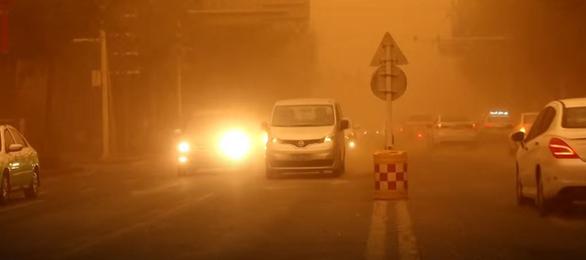 Video bão cát biến cả thành phố khu Tân Cương thành màu cam trong vài phút - Ảnh 1.