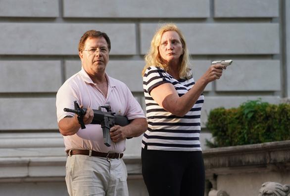 Cặp vợ chồng da trắng chĩa súng vào người biểu tình gây chia rẽ dư luận Mỹ - Ảnh 1.