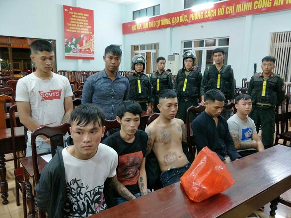 Khởi tố, bắt tạm giam 12 thanh niên chém nhau như phim giữa đường - Ảnh 1.