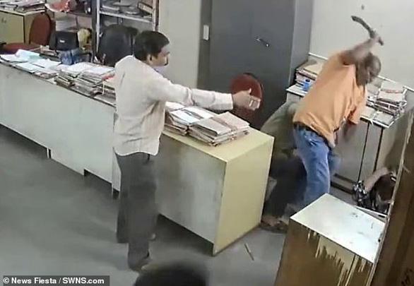 Nữ nhân viên bị đánh vì nhắc nam đồng nghiệp đeo khẩu trang - Ảnh 1.