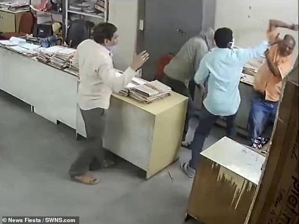 Nữ nhân viên bị đánh vì nhắc nam đồng nghiệp đeo khẩu trang - Ảnh 4.