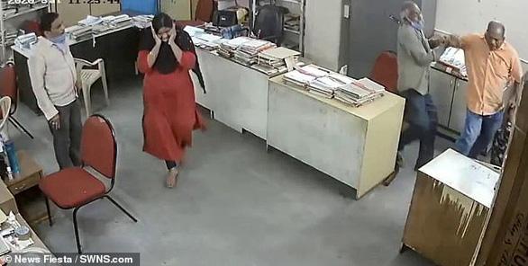 Nữ nhân viên bị đánh vì nhắc nam đồng nghiệp đeo khẩu trang - Ảnh 3.