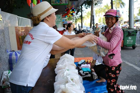 Gian quần áo cũ và suất cơm miễn phí chiều thứ 7 trên góc phố Đà Nẵng - Ảnh 1.