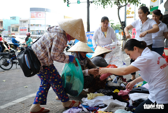 Gian quần áo cũ và suất cơm miễn phí chiều thứ 7 trên góc phố Đà Nẵng - Ảnh 4.