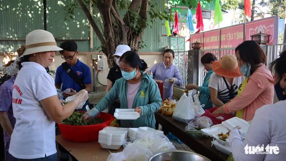 Gian quần áo cũ và suất cơm miễn phí chiều thứ 7 trên góc phố Đà Nẵng - Ảnh 3.