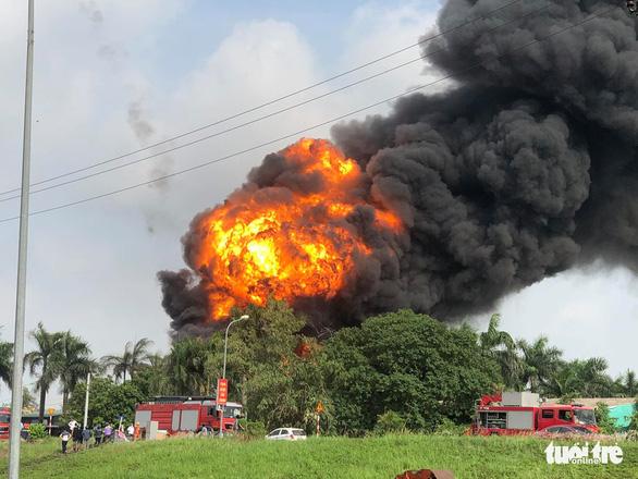 Kho hóa chất tại Hà Nội cháy dữ dội - Ảnh 1.