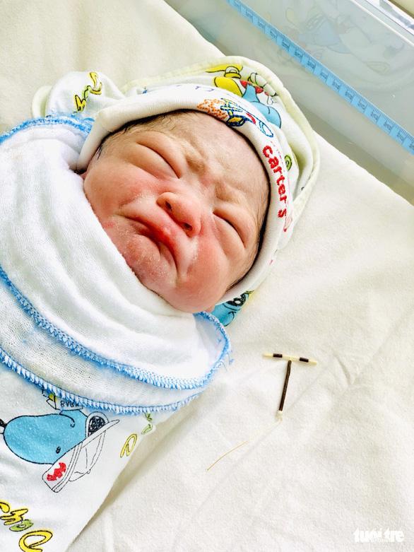 Bé trai chào đời khỏe mạnh, mang theo cả vòng tránh thai gửi trả bố mẹ - Ảnh 3.