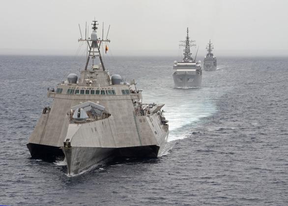 Mỹ, Trung nắn gân nhau bằng tập trận ầm ĩ trên biển - Ảnh 11.