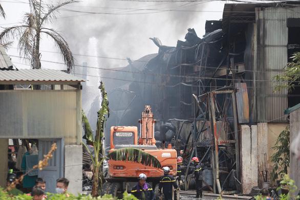 Kho hóa chất tại Hà Nội cháy dữ dội - Ảnh 4.