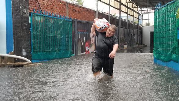 Mưa như trút nước, người dân lấy bao cát chắn nước tràn vào nhà - Ảnh 2.