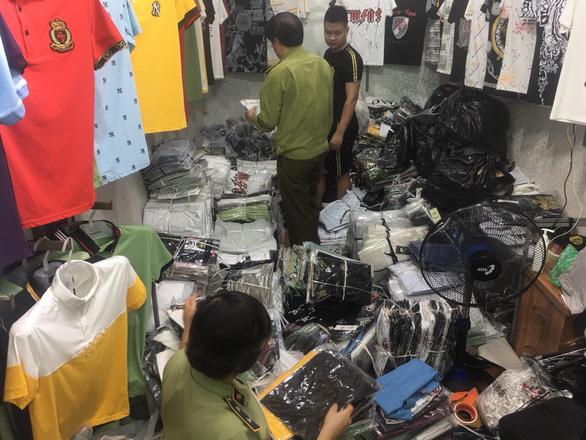 Hàng hiệu Lacoste, Louis Vuitton, Gucci... giả tràn khắp chợ Ninh Hiệp - Ảnh 1.