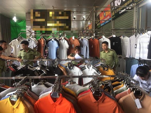 Hàng hiệu Lacoste, Louis Vuitton, Gucci... giả tràn khắp chợ Ninh Hiệp - Ảnh 2.