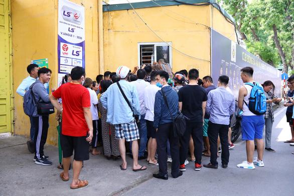 Mở bán vé trận Hà Nội FC - Hoàng Anh Gia Lai qua... cửa sổ - Ảnh 1.