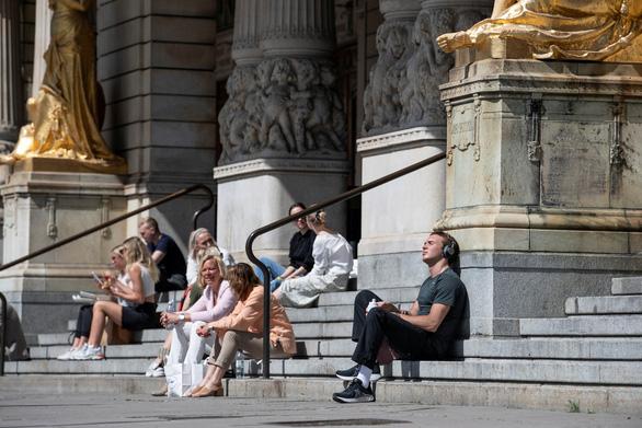 Nhà dịch tễ phụ trách chính sách chống virus corona của Thụy Điển thừa nhận sai sót - Ảnh 1.