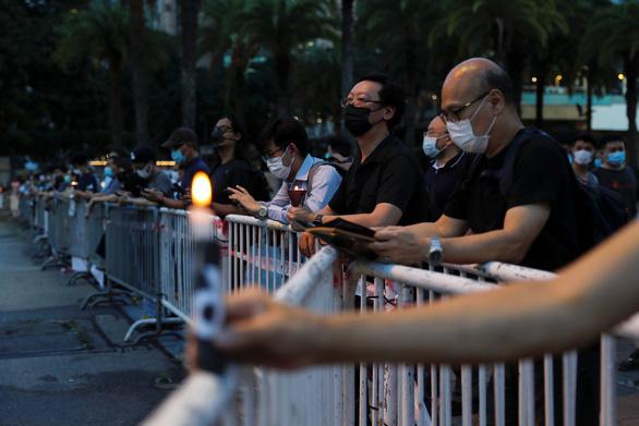 Tối 4-6, hàng ngàn dân Hong Kong thắp nến tưởng niệm Thiên An Môn - Ảnh 2.