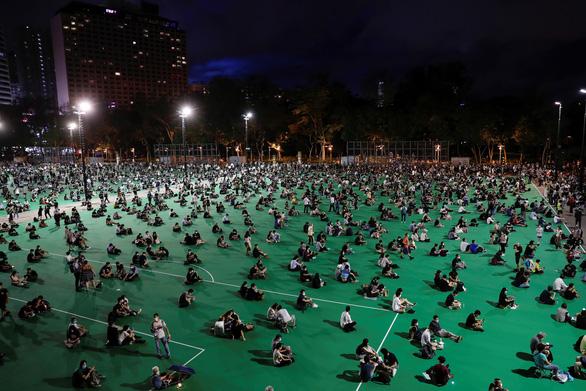 Tối 4-6, hàng ngàn dân Hong Kong thắp nến tưởng niệm Thiên An Môn - Ảnh 1.