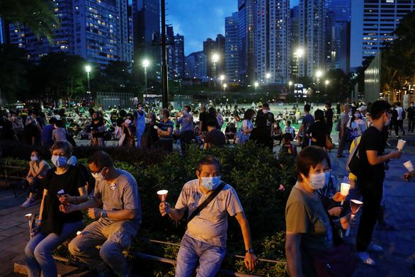Tối 4-6, hàng ngàn dân Hong Kong thắp nến tưởng niệm Thiên An Môn - Ảnh 4.
