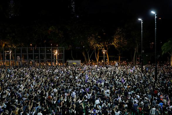 Cảnh sát và người biểu tình Hong Kong đụng độ tại buổi tưởng niệm Thiên An Môn - Ảnh 1.