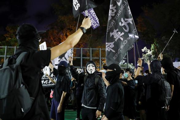 Cảnh sát và người biểu tình Hong Kong đụng độ tại buổi tưởng niệm Thiên An Môn - Ảnh 3.
