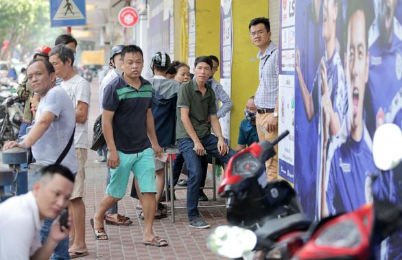 Mở bán vé trận Hà Nội FC - Hoàng Anh Gia Lai qua... cửa sổ - Ảnh 7.