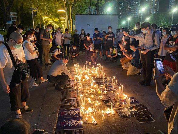 Cảnh sát và người biểu tình Hong Kong đụng độ tại buổi tưởng niệm Thiên An Môn - Ảnh 4.