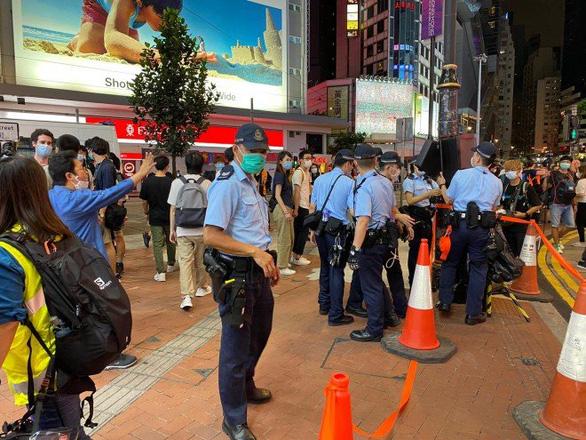 Cảnh sát và người biểu tình Hong Kong đụng độ tại buổi tưởng niệm Thiên An Môn - Ảnh 5.