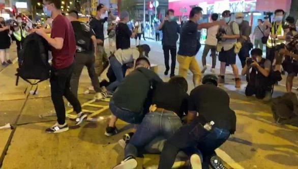 Cảnh sát và người biểu tình Hong Kong đụng độ tại buổi tưởng niệm Thiên An Môn - Ảnh 2.