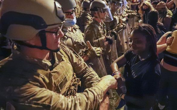 Ngăn bạo lực cảnh sát ở Mỹ - Ảnh 1.