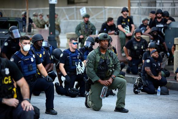 Vì sao cảnh sát Mỹ quỳ gối với người biểu tình? - Ảnh 1.