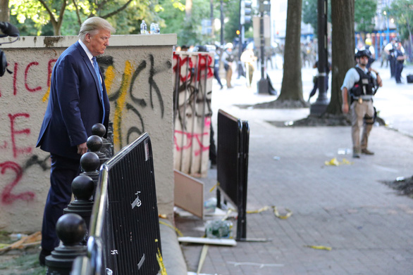Ông Trump nói xuống hầm khẩn cấp khi biểu tình căng thẳng chỉ để kiểm tra - Ảnh 1.