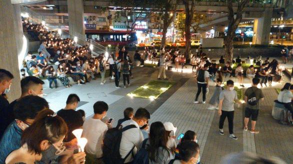 Tối 4-6, hàng ngàn dân Hong Kong thắp nến tưởng niệm Thiên An Môn - Ảnh 6.