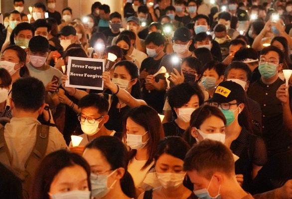 Tối 4-6, hàng ngàn dân Hong Kong thắp nến tưởng niệm Thiên An Môn - Ảnh 7.
