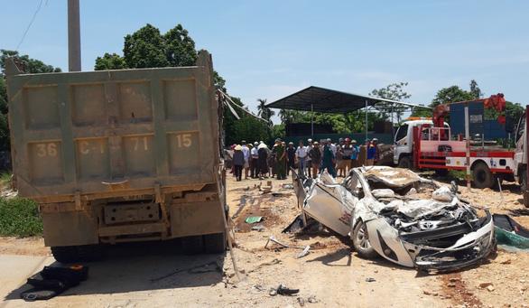 Phó thủ tướng gửi lời chia buồn gia đình nạn nhân vụ xe tải lật đè xe hơi bẹp dúm - Ảnh 1.