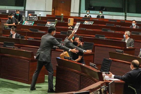 Hong Kong thông qua luật hình sự hóa việc xúc phạm quốc ca Trung Quốc - Ảnh 2.