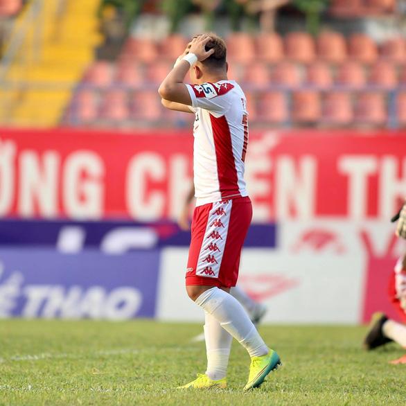 Video: Pha bỏ lỡ bàn thắng khó tin của Phi Sơn trên sân Lạch Tray - Ảnh 2.