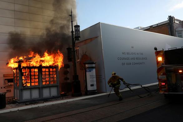 Thống đốc California kêu gọi đền bù cho doanh nghiệp bị thiệt hại vì biểu tình - Ảnh 1.