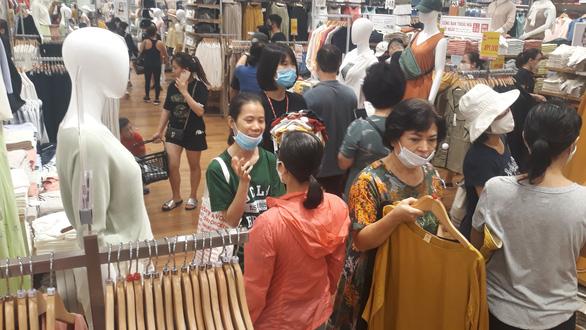 Vừa khai trương, cửa hàng Uniqlo Vincom Landmark 81 đã thu hút lượng lớn khách - Ảnh 6.