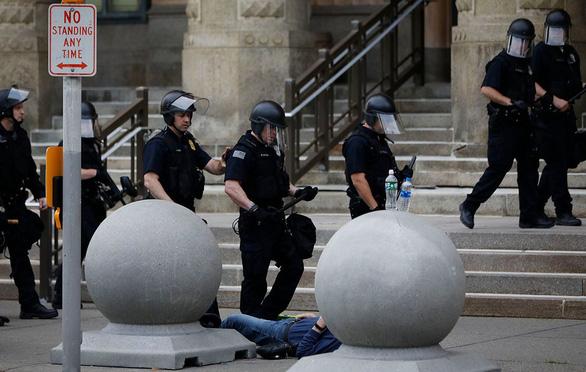 Dư luận Mỹ lại phẫn nộ vì cảnh sát xô cụ già 75 tuổi ngã nguy kịch - Ảnh 2.