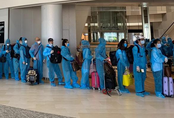 340 công dân Việt Nam từ Nhật Bản về nước, được cách ly tập trung ngay - Ảnh 1.
