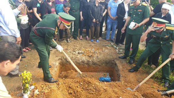 An táng 17 hài cốt chiến sĩ đặc công hi sinh tại sân bay Khâm Đức - Ảnh 2.