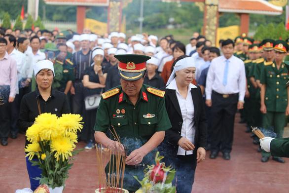 An táng 17 hài cốt chiến sĩ đặc công hi sinh tại sân bay Khâm Đức - Ảnh 3.