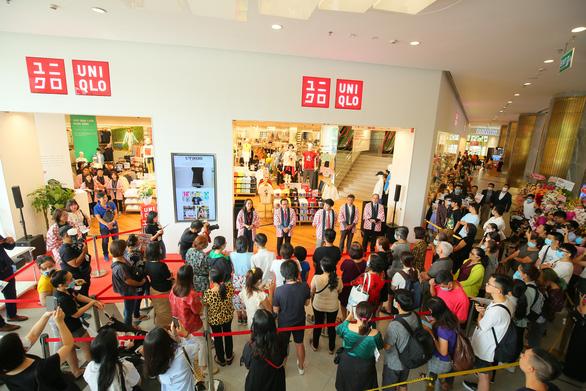 Vừa khai trương, cửa hàng Uniqlo Vincom Landmark 81 đã thu hút lượng lớn khách - Ảnh 1.