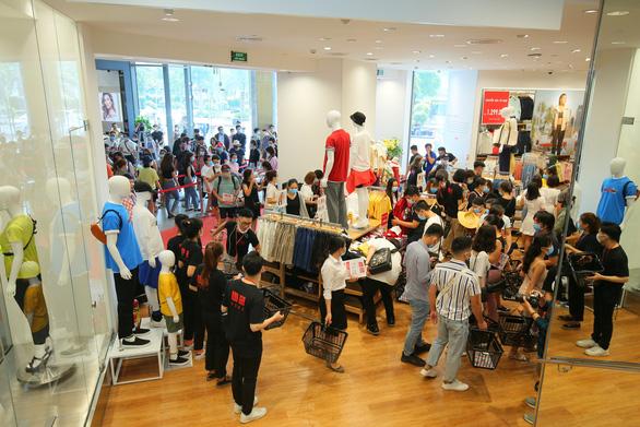 Vừa khai trương, cửa hàng Uniqlo Vincom Landmark 81 đã thu hút lượng lớn khách - Ảnh 2.