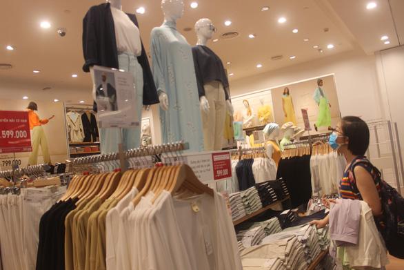Vừa khai trương, cửa hàng Uniqlo Vincom Landmark 81 đã thu hút lượng lớn khách - Ảnh 5.