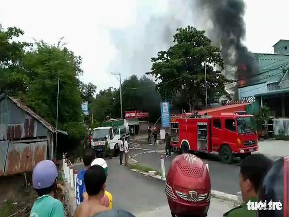 Cháy xe bồn chở xăng, 1 người chết, 2 người bị thương - Ảnh 1.