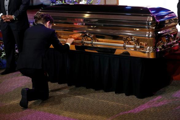 Thị trưởng Minneapolis quỳ khóc trước quan tài công dân George Floyd - Ảnh 1.